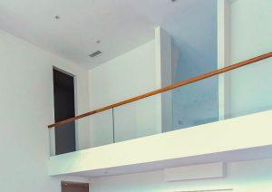 Перила стеклянные для балконов фотографии