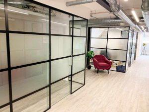лофт перегородки в Гродно в офисе с полуматовым стеклом
