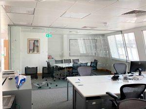 переговорная комната в офисе из стеклянных перегородок