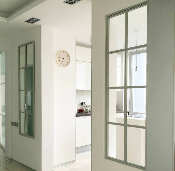 Зонирование пространства в квартире стеклянными перегородками в лофт стиле в Минске