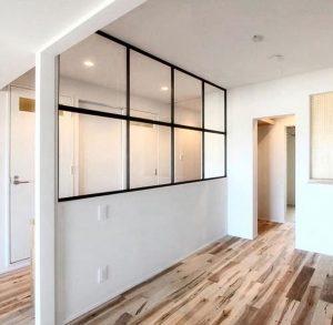 Разделение пространства в квартире и доме стеклянной перегородкой в стиле лофт