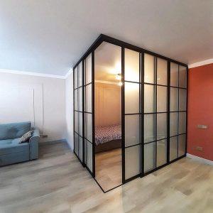 в гостиной раздвижные межкомнатные перегородки в гостиной с матовыми стеклами