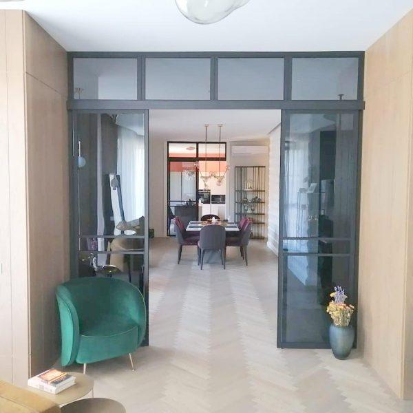 Раздвижные перегородки лофт для зонирования кухни в квартире