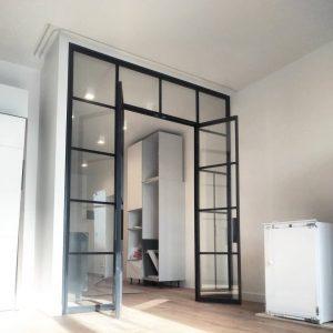 распашными дверями комплектуются перегородки между спальней и гостинной-залом