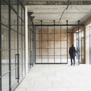 Зонирование комнаты лофт перегородками прозрачные