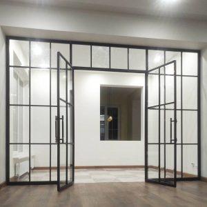 Перегородка стеклянная в дом в стиле лофт с распашными дверями