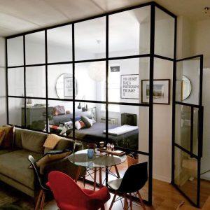 перегородка в стиле лофт в кабинете в интерьере частного дома с закаленым стеклом