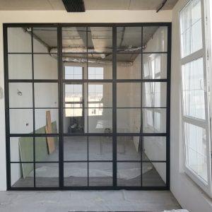 стеклянная перегородка с распашной дверью в спальне с прозрачным стеклом