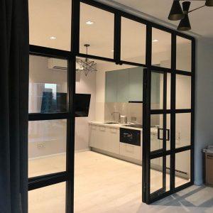 черная перегородка с дверями для разделения пространства на кухне Минск